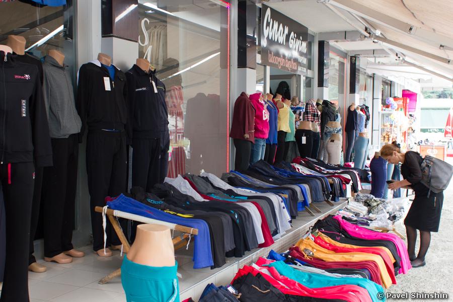 45380290a97 В Турции дешевые шмотки. На любой вкус и кошелек. Магазинов и прилавков с  одеждой много.